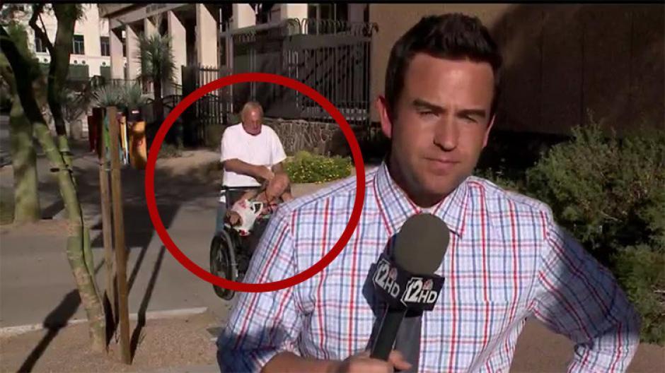 Un hombre llevaba a una mujer en silla de ruedas, a quien le dio un golpe en el rostro. (Captura de Pantalla: 12 News)