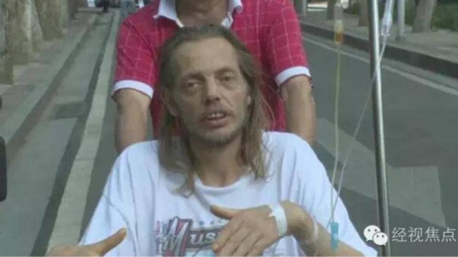 El hombre fue trasladado al hospital tras 10 días de espera en el aeropuerto. (Foto: RT)