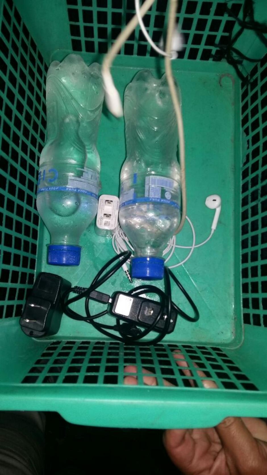 Presidios informó que se localizó licor embotellado en envases de agua pura. (Foto: Sistema Penitenciario)