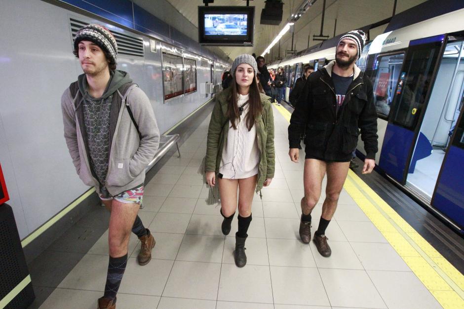 """Decenas de personas viajan sin pantalones en el Metro de Madrid, para apoyar la actividad del """"Día de subirse al metro sin pantalones"""". (foto: EFE)"""