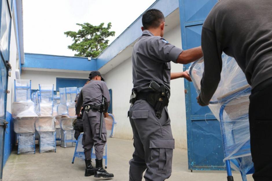 Guardias de Presidios colaboraron para trasladar los escritorios. (Foto: Sistema Penitenciario)