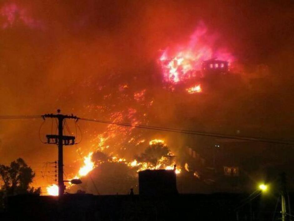 Oficina Nacional de Emergencia mantiene la Alerta Roja para la comuna de Valparaíso por incendio forestal. (Foto: Twitter)