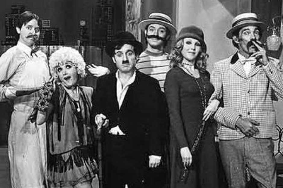 Chespirito caracterizando al gran Charles Chaplin