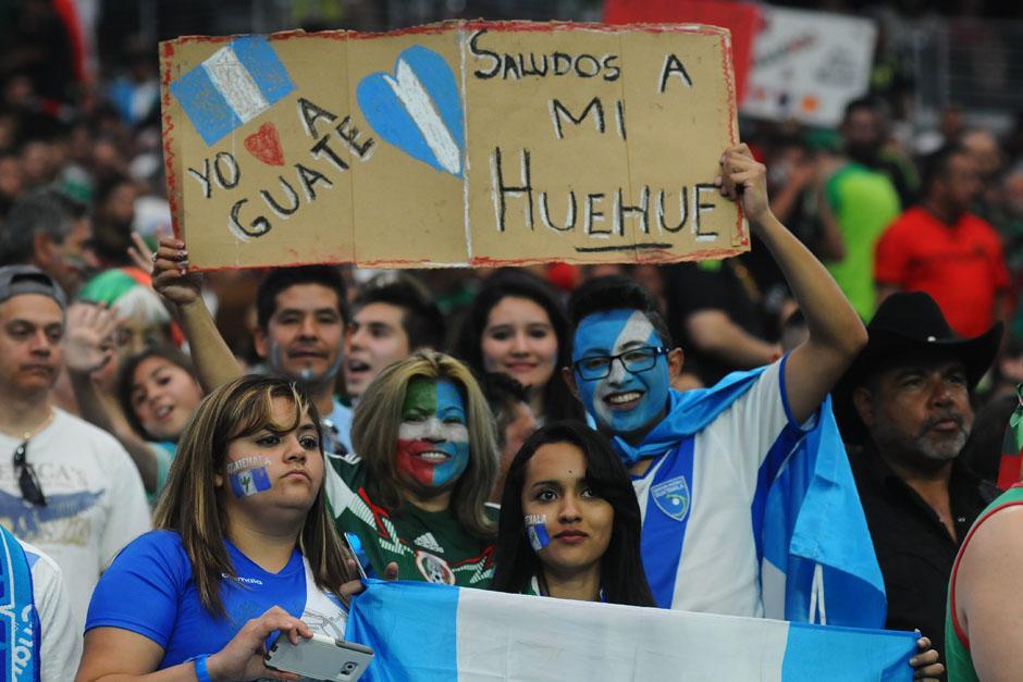 Aficionados guatemaltecos en el estadio de la Universidad de Phoenix