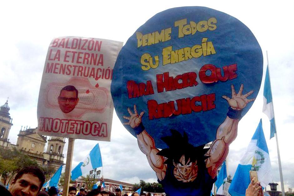 Hasta Gokú se hizo presente en las manifestaciones del 15A gracias a la creatividad de los guatemaltecos. (Foto: Luis Barrios/Soy502)