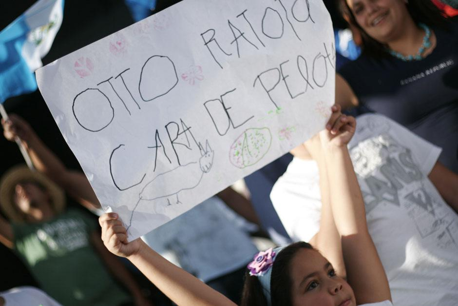 """Los niños han sido parte importante de las protestas, un ejemplo es esta pequeña que sostiene el rótulo con la leyenda """"Otto ratota cara de pelota"""". (Foto: José Dávila/Soy502)"""
