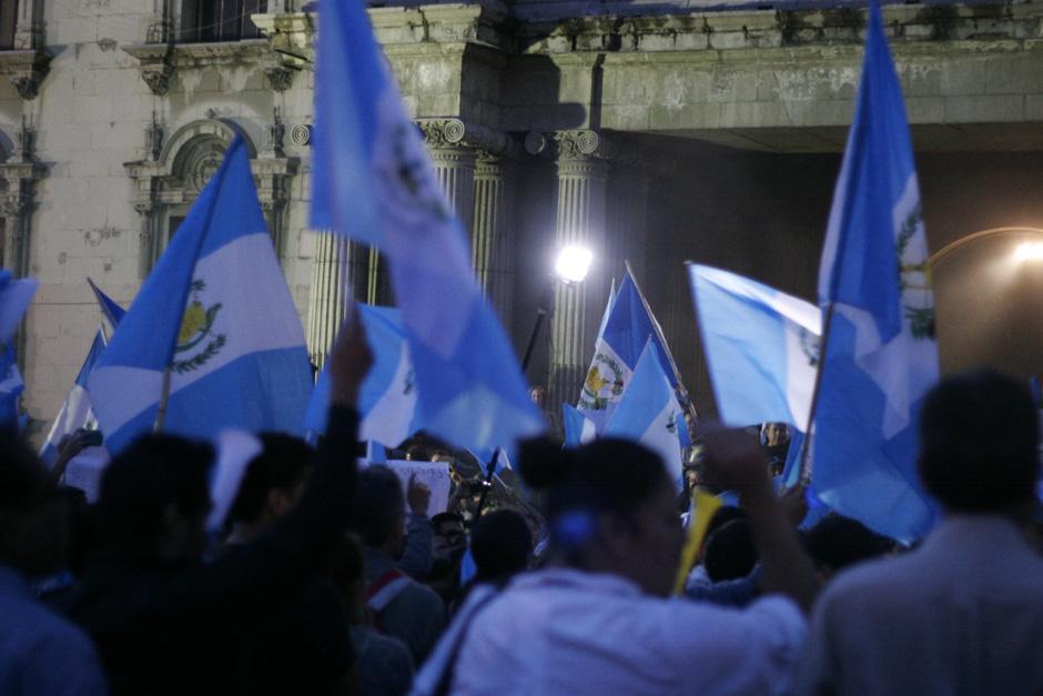 Las banderas azul y blanco dieron la bienvenida al mes patrio con un hecho que cambiará el rumbo de la historia del país.(Foto: José Dávila/Soy502)