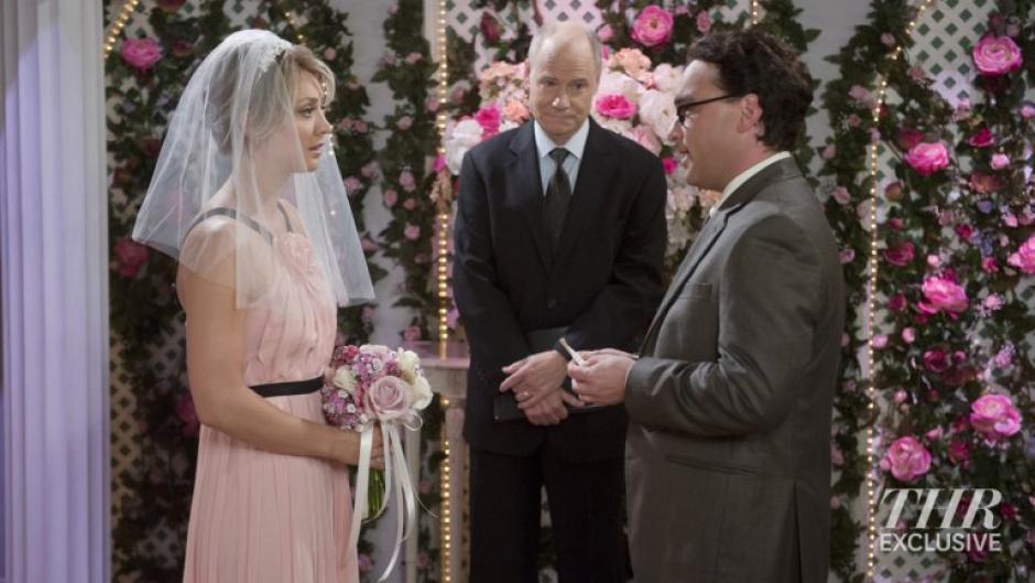 Leonard y Penny aparecen frente a un ministro, listos para casarse en la temporada nueve de The Big Bang Theory. (Foto: thehollywoodreporter.com)