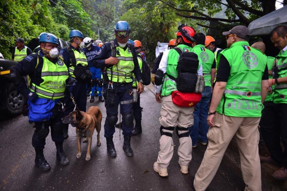 Equipo de rescate enviado por México, espera instrucciones de las autoridades para iniciar la jornada de búsqueda de víctimas. (Foto: Soy502/Jesús Alfonso)