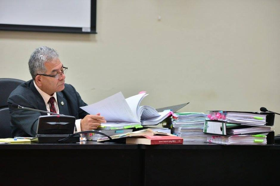 """Miguel Ángel Gálvez, Juez de Mayor Riesgo """"B"""", revisa el expediente del caso.(Foto: Soy502/Wilder López)"""