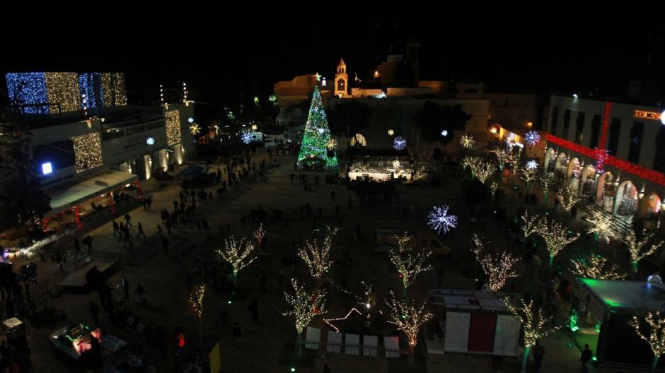 Árbol instalado en la Plaza del Pesebre, cerca de la Iglesia de la Natividad, reverenciada como el lugar de nacimiento de Jesucristo, en la bíblica ciudad cisjordana de Belén. (Foto: AFP)