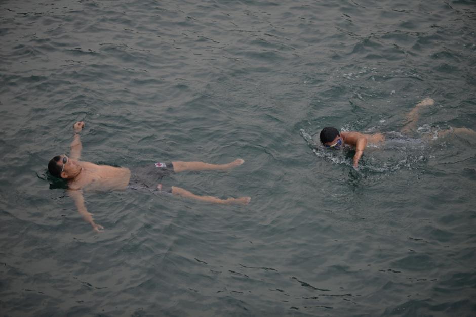 Los salvavidas realizan entrenamientos en el mar. (Foto: Wilder López/Soy502)