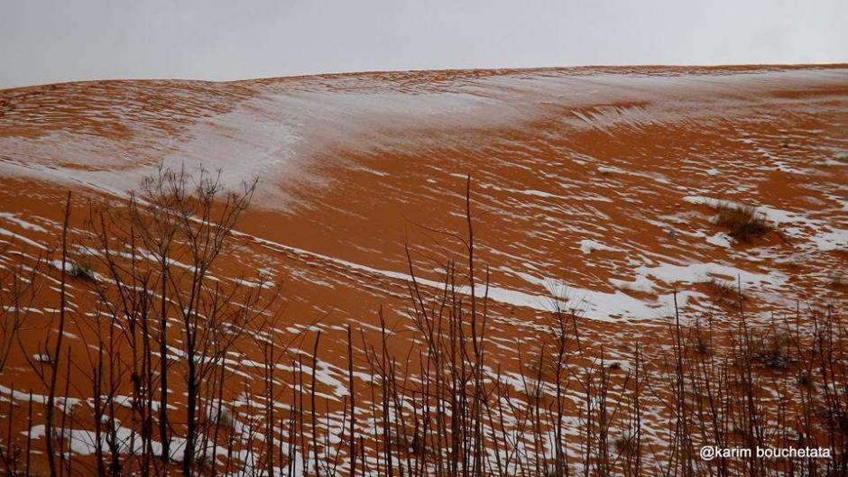 Las rojas dunas se ven espectaculares teñidas de blanco. (Foto: Karim Bouchetata)