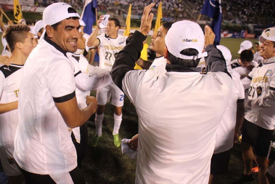 Los jugadores Cremas festejan un triunfo agónico que los llevó al título. (Foto: José Dávila/Soy502)