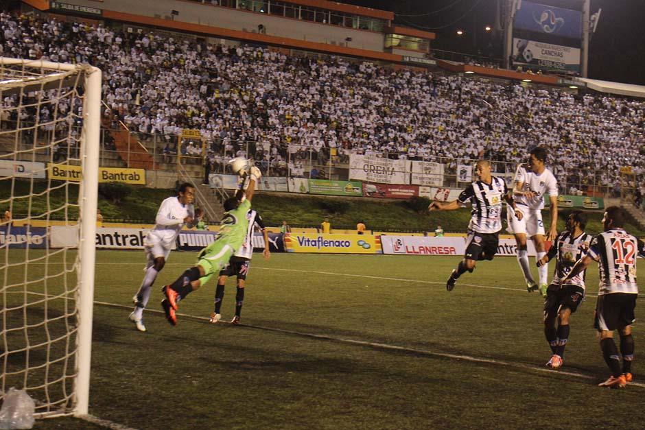 Comunicaciones y Heredia jugaron un partido peleado de comienzo a fin en el estadio Cementos Progreso. (Foto: José Dávila)