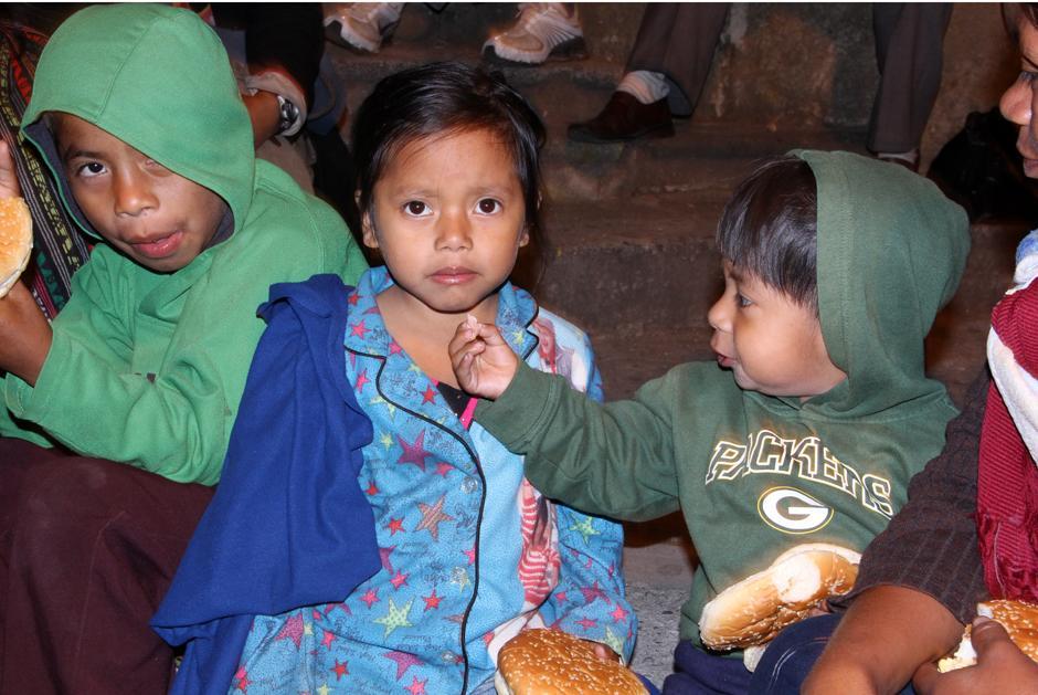 Compartir el pan es una acción noble que este grupo de personas lleva a cabo con constancia y que lleva esperanza a aquellos que viven en las calles a causa de la pobreza. (Foto: Luis Barrios/Soy502)