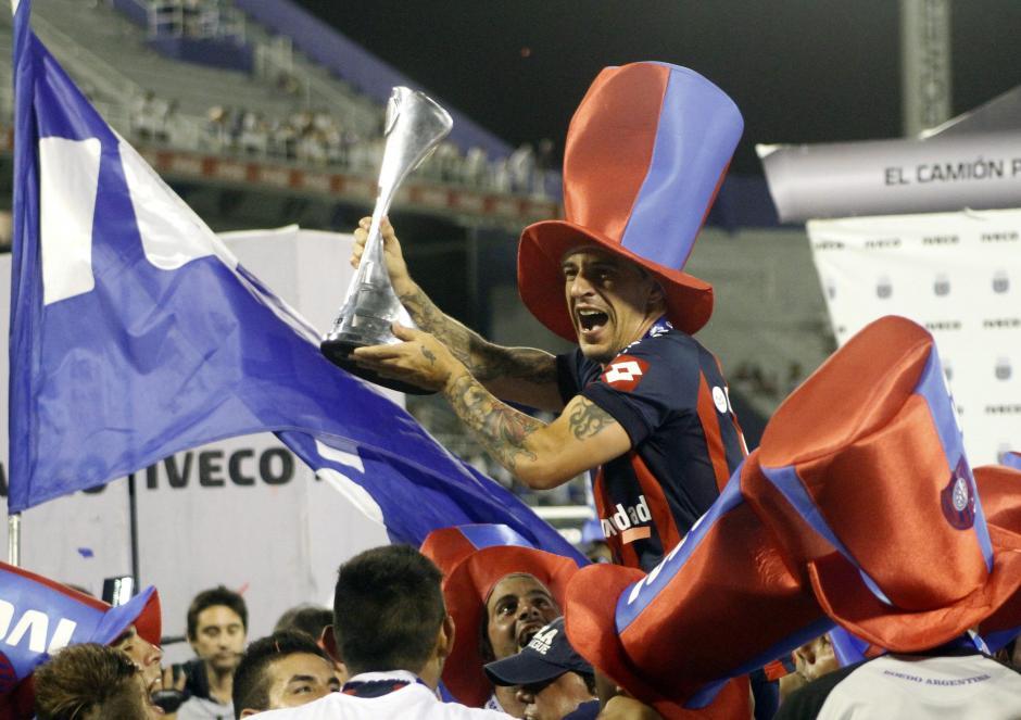 Leandro Romagnol, capitán de San Lorenzo de Almagro, celebra el título obtenido el domingo