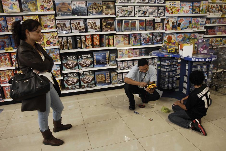 El personal de la tienda está capacitado para ayudarte con el uso adecuado de los juguetes. (Foto: Jesús Alfonso/Soy502)