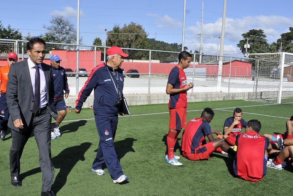 """Selvyn Ponciano fue el encargado de presentar al """"maño"""" Ruíz al plantel de jugadores. (Foto: Diego Galeano/Nuestro Diario)"""