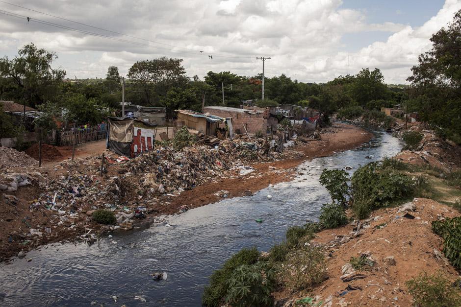 Vista de uno de los arroyos que rodean el vertedero de Cateura en Asunción, Paraguay