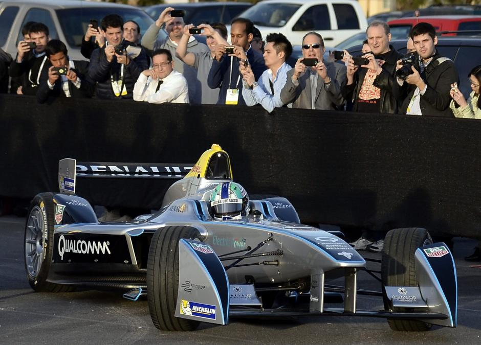 El vehículo eléctrico de Fórmula E Spark-Renault SRT-01E es conducido por el piloto de Fórmula Uno brasileño Lucas Di Grassi en una exhibición en el Centro de Convenciones Mandalay Bay de Las Vegas, Nevada (EE.UU.), durante la feria electrónica CES. Capaz de velocidades superiores a 150 mph, el cero emisiones monoplaza competirá en la nueva FIA Fórmula E de la UEFA. (Foto: EFE/Michael Nelson)