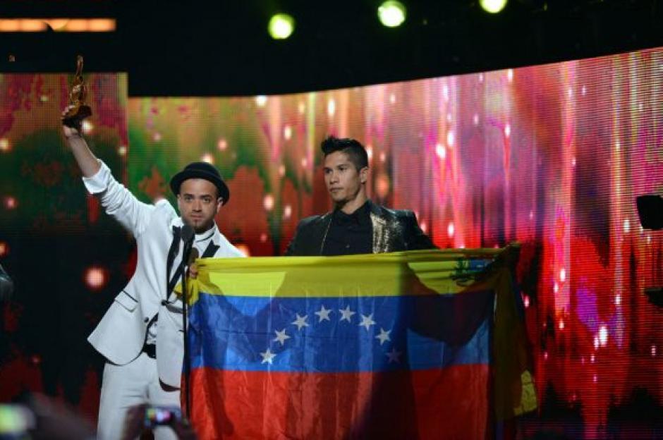 Chino y Nacho alzaron la bandera de Venezuela mientras recibían su premio Mejor grupo o duo tropical del año. (Foto: Premios lo Nuestro)