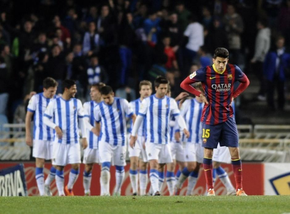 Los jugadores de la Real Sociedad festejan el 3-1 anotado por Zurutuza, mientras Marc Bartra luce molesto. (Foto: AFP)