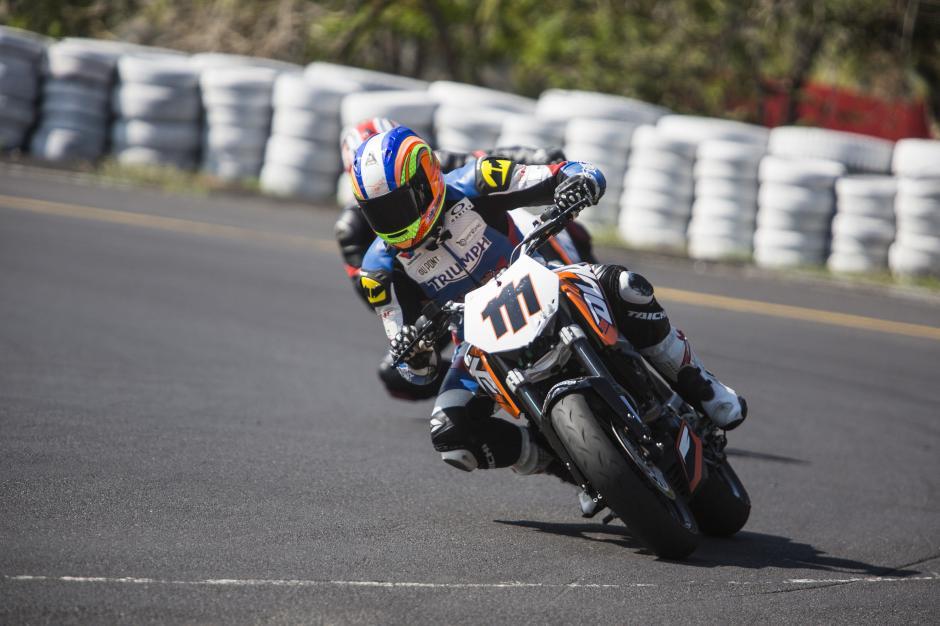 """La primera fecha del Campeonato Nacional de Automovilismo, correspondiente al Gran Premio Cepsa, también contó con la participación de motocicletas, con la """"Copa KTM Duke"""", donde Marcos Reichert (111) fue el ganador. (Foto: Gabriel López)"""