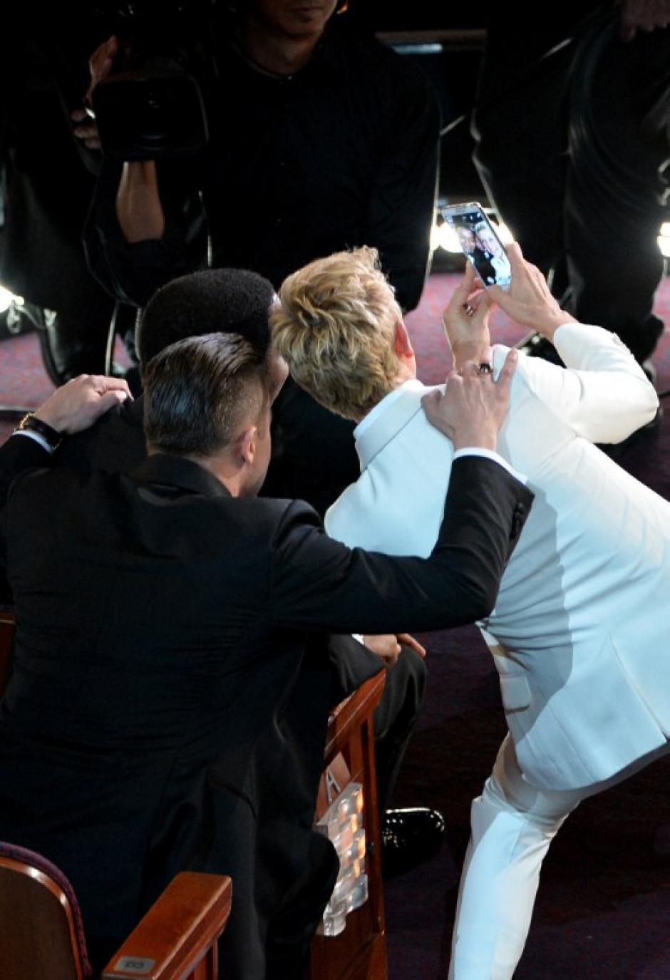 La presentadora bajó del escenario y fue en busca de unos cuantos famosos, los amontonó y los obligó a posar junta a ella. (Foto: AFP)
