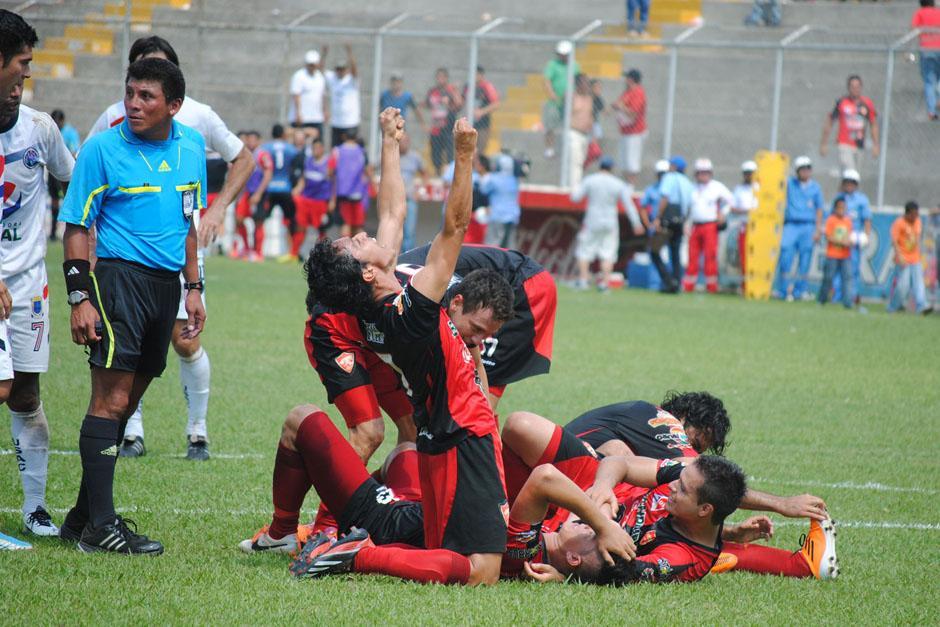 Coatepeque le dio vuelta a un 2-1 en contra y derrotó a Universidad por 3-2, acabando con el único invicto que quedaba en el torneo. (Foto: Nuestro Diario)