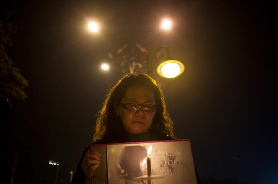 En Malasia se realizó una vigilia al tercer día del supuesto accidente. (Foto: AFP)