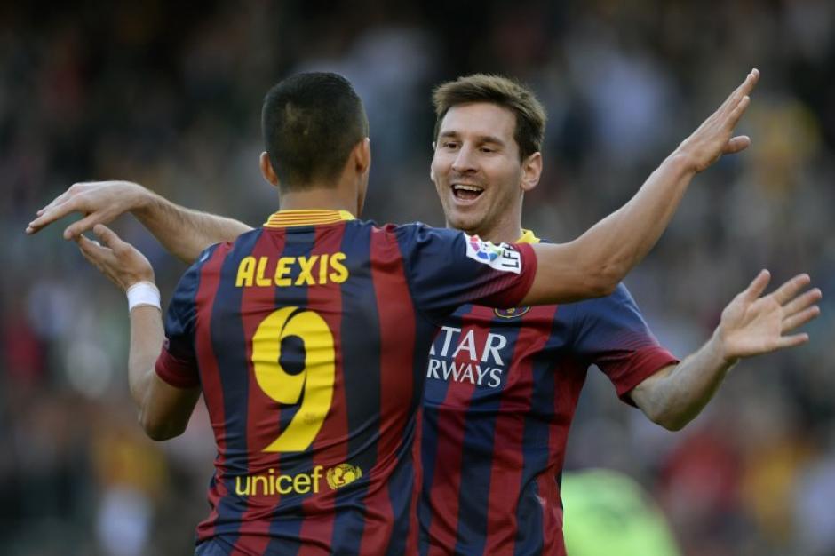 Messi celebra junto al chileno Alexis Sánchez tras una de sus anotaciones. (Foto: AFP)