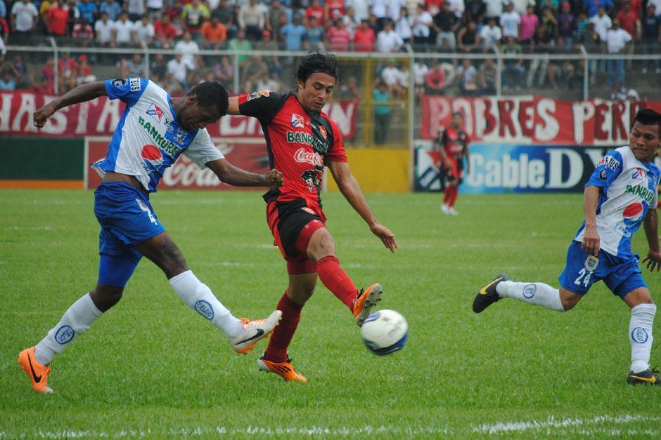 Agustín Herrera y Carlos Barros en una acción del empate 1-1 entre Coatepeque y Suchitepéquez. (Foto: Nuestro Diario)