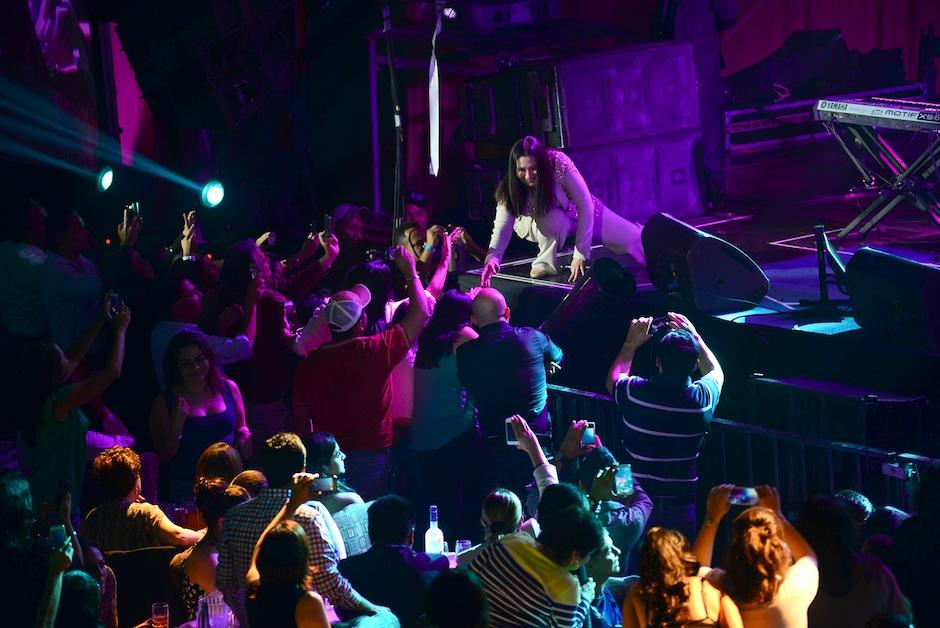 La intérprete saludó calurosamente a su público. (Foto: Jesús Alfonso/Soy502)