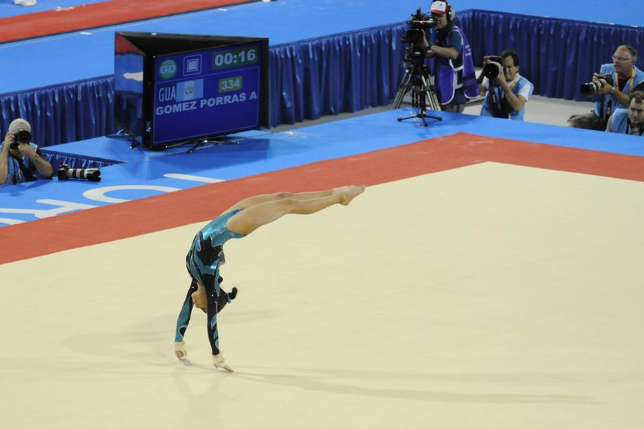 Ana Sofía en la parte final de un salto durante su rutina en la final de piso