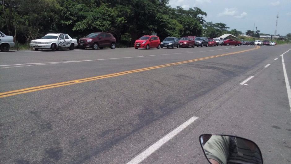 Los carros hacen largas filas para intentar cruzar el bloqueo de los profesores. (Foto: CIG)