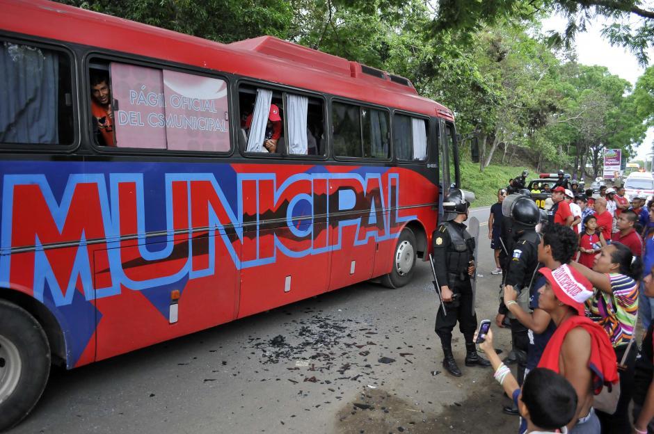 Tras el encuentro ante Coatepeque, el bus de Municipal fue atacado por aficionados locales. (Foto: Nuestro Diario)