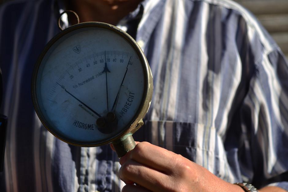 La humedad relativa en la atmósfera es medida con este aparato. (Foto: Jesús Alfonso/Soy502)
