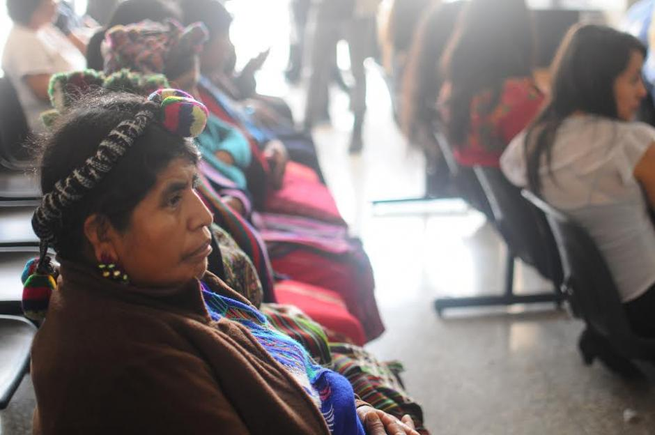 El público estuvo presente en el inicio del juicio por genocidio hasta que el Tribunal ordenó que desalojaran. (Foto: Alejandro Balán/ Soy502)