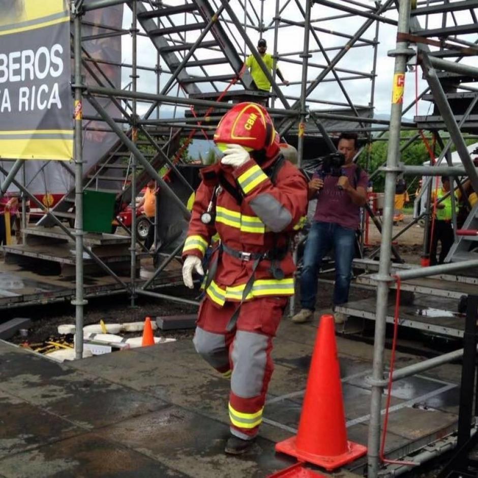 Una de las pruebas fue subir una estructura de cinco niveles con mangueras al hombro. (Foto: Bomberos de Costa Rica)