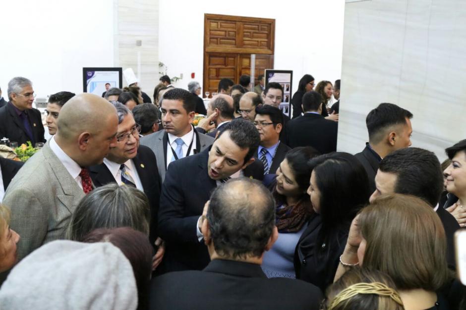 Jimmy Morales parecía que contaba una de sus tradicionales moralejas, pero conversaba sobre los asuntos de su mandato. (Foto: Alejandro Balán/Soy502)