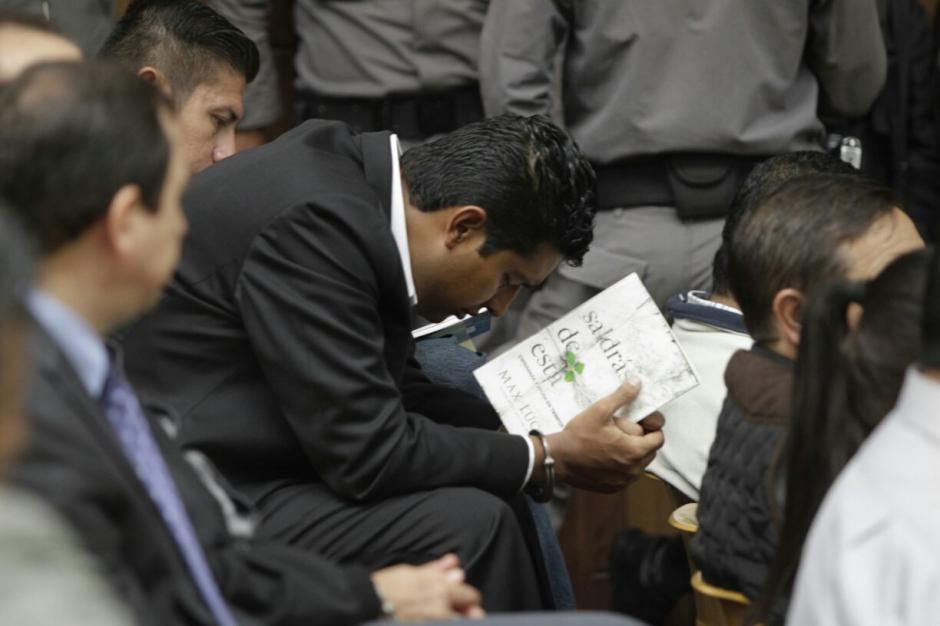El sindicado Rudy Gallardo leía mientras iniciaba la audiencia de primera declaración.  (Foto: Alejandro Balán/Soy502)