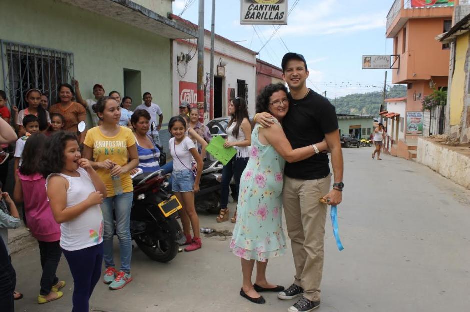 """Kevin pudo por fin cumplir con su anhelo más grande, abrazar a su madre, Dora Buezo de Cordón, quien es sin duda la más feliz con el retorno del """"Zurdo de oro"""". (Foto: David Monroy/Nuestro Diaio)"""