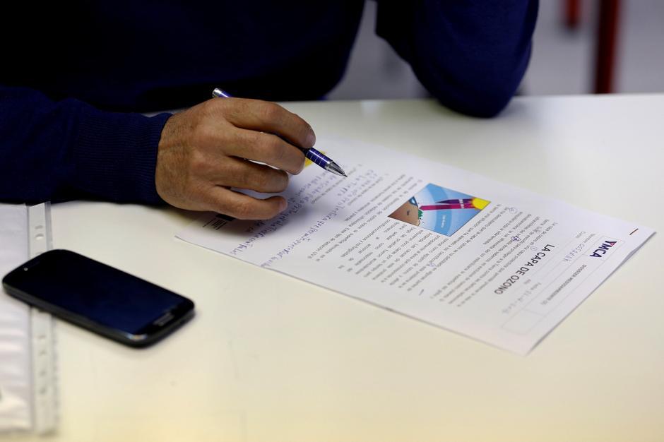 Entre sus actividades diarias, ocupa su tiempo en el aprendizaje del castellano. (Foto: Infobae)
