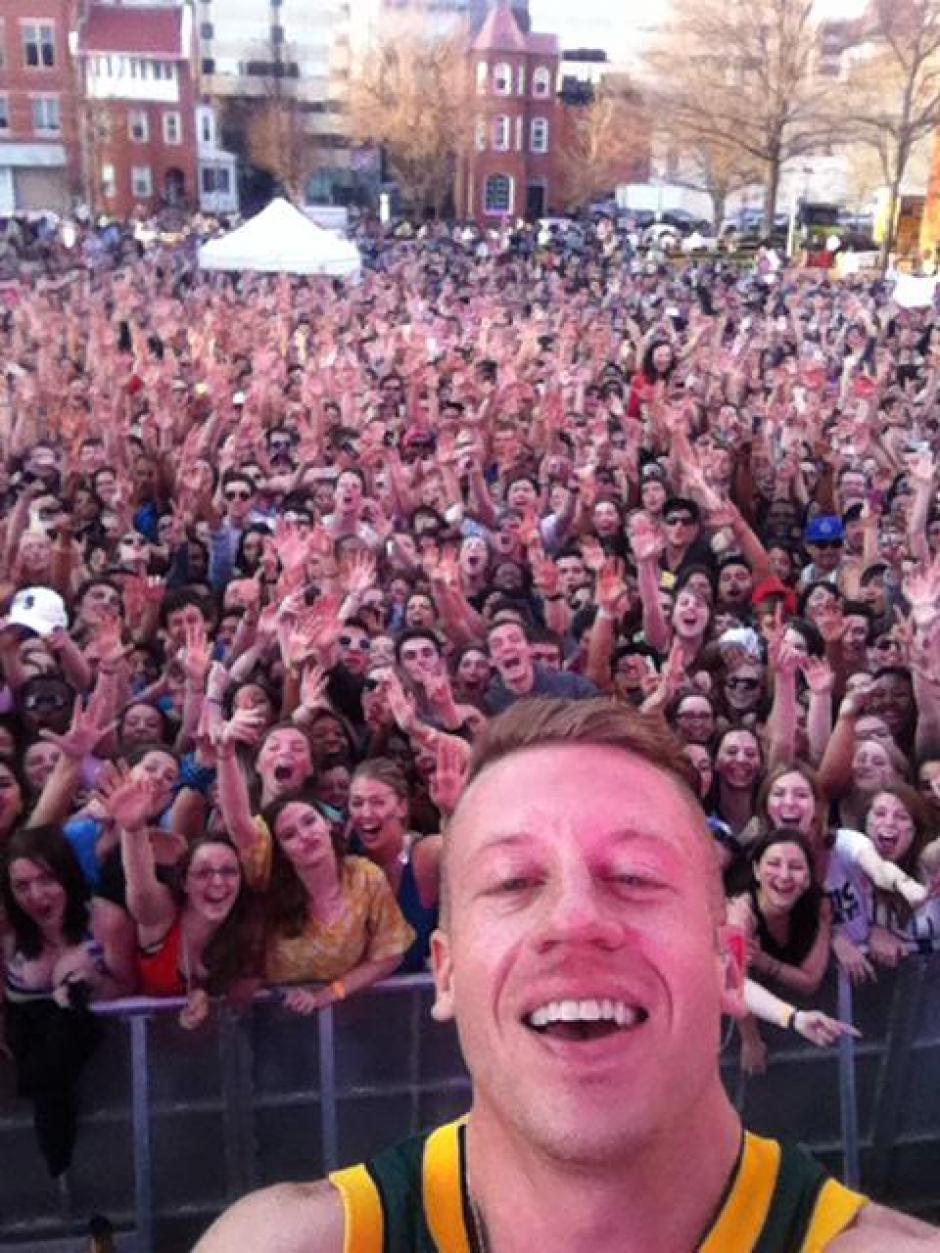 Una chica lanzó su celular al escenario donde se presentaba el rapero Macklemore y éste se tomó una foto selfie.