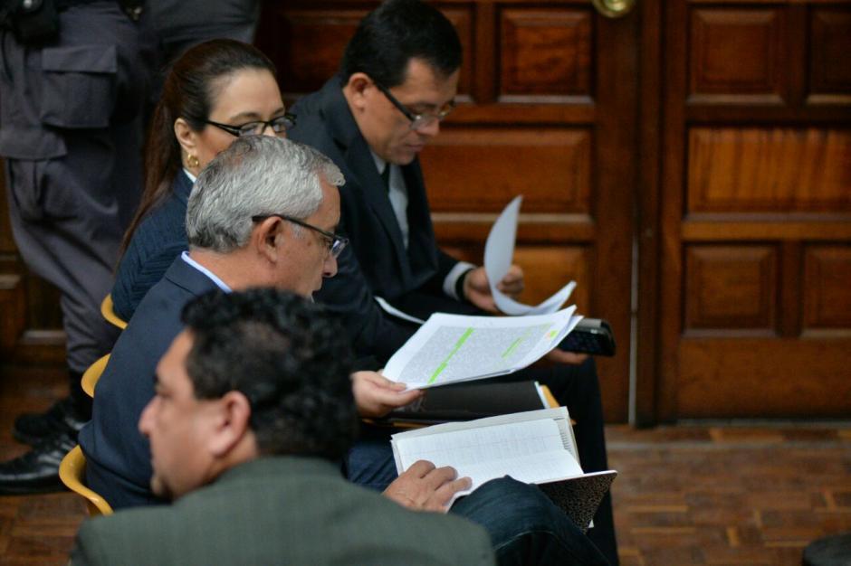 Ambos exmandatarios revisaron sus anotaciones para rendir su declaración.  (Foto: Wilder López/Soy502)