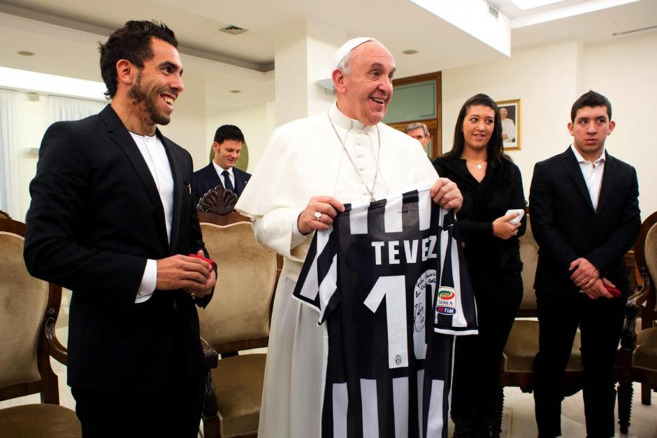 """Carlos el """"Apache"""" Tevéz entregó su playera de la Juventus con el número 10 al Papa Francisco en una audiencia que el Pontífice Máximo otorgó al delantero argentino; la fotografía fue tomada el 12 de noviembre en la Santa Sede."""