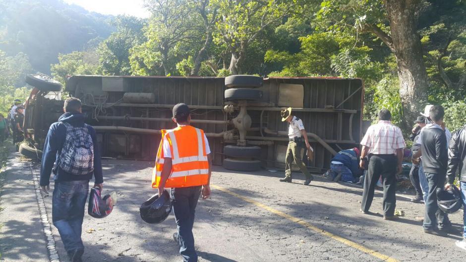 El accidente del bus ocasionó que once personas resultaran heridas y un joven fallecido. (Foto: Bomberos Voluntarios)