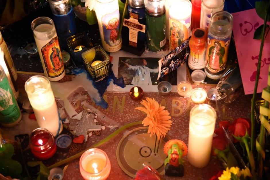 Miles de veladoras, flores y demás manifestaciones de fe por la muerte de Juan Gabriel. (Foto: EFE)