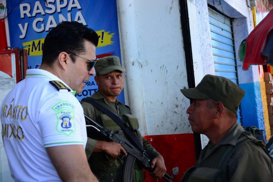 Soldados y policías forman un cordón de seguridad en el mercado. (Foto: Municipalidad de Mixco)